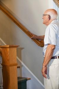 senior onderaan de trap